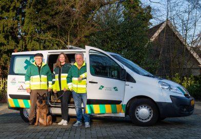 Het bestuur met ingang van 16 januari 2020: (v.l.n.r.) Henk Meertens, Melissa Nomden, en Robert Nobbe. Vooraan is hond Aika. Foto Lars Smook